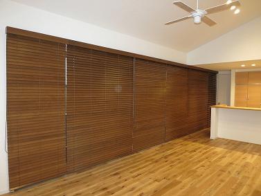 木製のブラインドで大型の窓でもシンプルかつ直線的な空間を