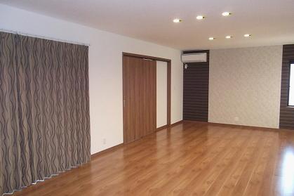 全体の色と調和する薄いブラウン系のドレープカーテン