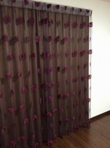 寝室フロントレースカーテンはシック色合いで落ち着いた空間へ