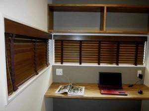 書斎の木製ブラインド、ブラウンをセレクトし落ち着いた空間へ
